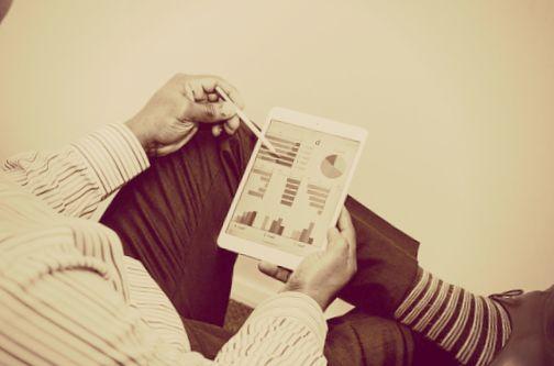 homme-tablette-collaboratif